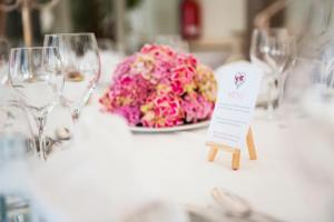 Jak usadzić gości przy stołach na weselu?